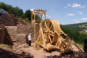 """Eine Möglichkeit das mittelalterliche Leben auf einer Burg dem Besucher nahe zu bringen, ist die Einrichtung einer """"Lebendigen Baustelle"""". Dafür wurde 2008 für die Burg Bartenstein ein Tretrad gebaut."""