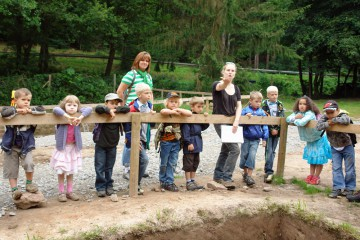 Sabrina führt ein Kindergartengruppe über die Ausgrabungen an der Mole.