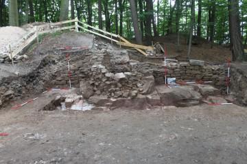 Die Ringmauer der Burg auf dem Klosterberg konnte im Jahre 2013 ergraben werden.