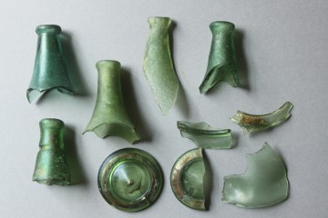 Auswahl an Glasfragmenten vom Kloster Elisabethenzell. Dort befand sich in der Mitte des 15. Jahrhunderts das Zwischenlager eines Glasmachers.