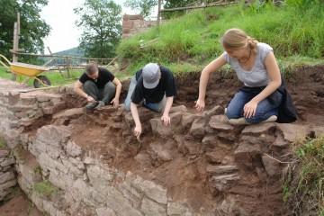 Zu Beginn der Grabungen 2009 wird ein etwa fünf Meter langes Stück der dorfseitigen Zwingermauer zur Dokumentation vorbereitet.