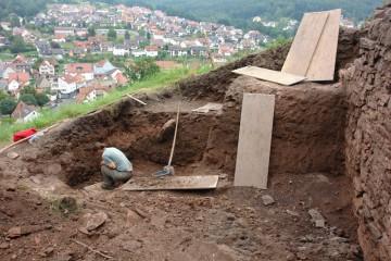 Scherbensuche im Zerstörungsschutt von 1330.