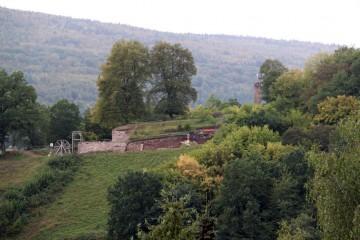 Deutlich ist der Fortschritt der Grabungen vom Dorf aus wahrnehmbar.