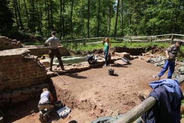 Christine und Nachwuchsforscher Vinci machen sich vor Ort ein Bild von der Grabungen.