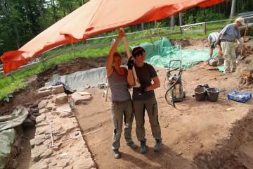 Angelika und Saskia beschatten die Skellette ... für das Fotografieren.