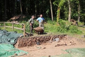 Parallel zur Wurzelaktion wird ein Segment der Friedhofsmauer freigelegt.