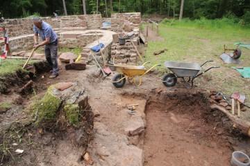 Die Grabungen haben den Westteil der Kirche erreicht.