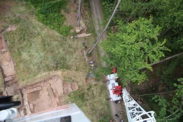 Mit Hilfe der Feuerwehrleiter der Stadt Lohr verschafften wir uns einen Überblick über die Grabungsfläche.