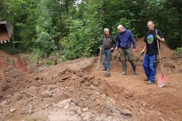 Östlich des Steinernen Hauses kam bei Anlage eines Drainagegrabens unvermutet ein weiterer Mauerzug zutage. Hans untersuchte die Fläche sofort mit dem Metalldedektor.