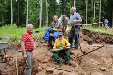 Dort wo die Ausgräber im Frühjahr 2015 noch einen Baumstumpf entfernen mussten, befindet sich heute der Eingang zur Kirchenruine.