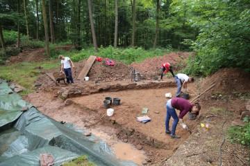 Die Schülerinnen und Schüler des P-Seminars des Friedrich-List-Gymnasiums in Gemünden gruben im Garten des Priors.