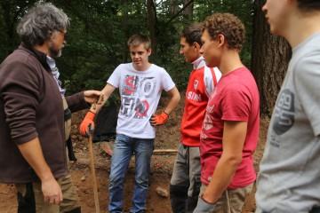 Der Grabungsleiter erläutert, welche Geschichte(n) hinter einem unscheinbaren Fundstück - hier einem Hufeisen - stecken können.