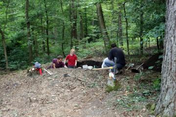 Ausgraben im Bereich einer Köhlerplattform - eine wahrhaft rußige Angelegeheit
