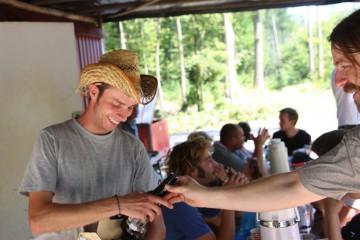 Bei der Sonne hilft nur Trinken. David hatte die Mannschaft dafür eigens mit alkoholfreiem Bier versorgt.
