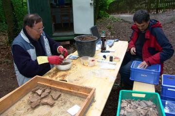 Die Funde wurden noch vor Ort gereinigt und inventarisiert.