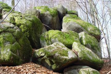 Zu Felsburgen aufgetürmte Kernsteine aus Diorit in der Nähe des Dioritbruches in Dörrmorsbach. Foto: Jürgen Jung, Spessart-GIS