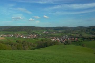 Blick vom Kingerhof auf die bewaldete Sandsteinstufe und das landwirtschaftlich genutzte Stufenvorland bei Bessenbach. Foto: Jürgen Jung, Spessart-GIS