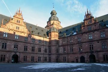 Der Hof des Schlosses Johannisburg in Aschaffenburg ist mit Spessartit gepflastert.