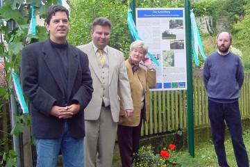 Im Juli 2000 wurden die ersten Informationstafeln an der Ketzelburg in einem Festakt der Öffentlichkeit vorgestellt (von links: Gerrit Himmelsbach, Gerhard Ermischer (beide ASP), die ehemalige Bürgermeisterin Heidrun Schmitt und Dieter Hock, Vorsitzender des Heimat- und Geschichtsvereins).