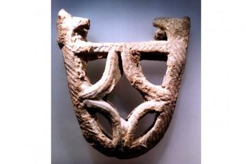 Eine der beiden Patrizen aus Blei zur Herstellung durchbrochener Schwertortbänder aus dem 12. Jahrhundert die auf dem Theaterplatz zusammen mit weiteren Resten eines Buntmetallschmieds gefunden wurden. Die Ortbänder dienten zur Verstärkung der Schwertscheide, die aus Holz und Leder gearbeitet war, und sollten das Durchstoßen der Scheide mit der Spitze des Schwertes verhindern. Derartige Ortbänder waren üblicherweise aus Bronze oder Messing gefertigt.