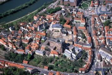 Luftbild der Aschaffenburger Oberstadt mit der Fläche der Grabungen Theaterplatz 1997.