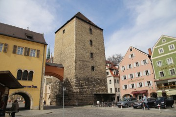 Die Umsiedelung der Niederadeligen in die angrenzenden Städte, wie hier in Regensburg trug dazu bei, dass einzelne Adelsfamilien ihren Status durch den Bau von burgähnlichen Wohntürmen untermauerten. Wahrscheinlich gab es solche Wohntürme auch im Altstadtkern von Aschaffenburg, auf dem Badberg. Der Bau wurde im Jahre 1783 abgerissen.