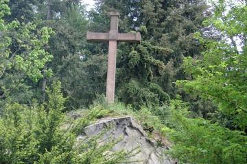Adalbert von Herrlein erkannte nicht nur die Ketzelburg als mittelalterlichen Ringwall. Er leistete auch einen ersten Beitrag zur frühen touristischen Erschließung Haibachs durch die Errichtung des Hochkreuzes auf einem Aussichtspunkt über Haibach.