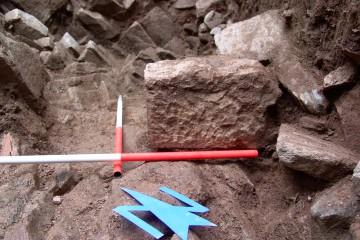 Bei den Ausgrabungen in den Jahren 2004/ 2005 wurden mehrere große, zugerichtete Sandsteinquader entdeckt. Solche Steine sind offensichtlich auch schon im 19. Jahrhundert auf dem Gelände gefunden und fortgebracht worden.