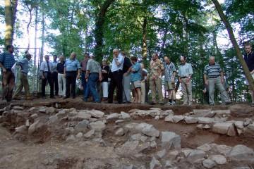 Die Ketzelburg zieht seit langem Forscher und Bevölkerung in ihren Bann. Deshalb sollte man sie als wesentlichen Bestandteil der Geschichte Haibachs würdigen. Das Foto zeigt den Gemeinderat von Haibach anlässlich eines Ortstermins auf der Burg im Sommer 2004.