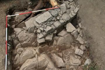 Schnitt 7 mit den Fundamenten des Wohnturms und der Hundebestattung