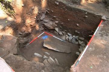 Schnitt 13 mit einer verworfenen Sandsteinschwelle im Bereich der Palasmauer