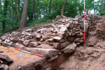 Schnitt 13 mit den Fundamenten der östlichen Palasmauer