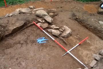 Schnitt 13 mit einem kleinen, an die südliche Palasmauer angebauten Fundament