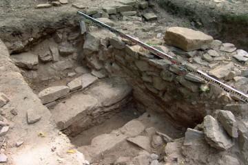 Schnitt 13: Blick auf eine Meuerstruktur westlich der östlichen Palasmauer. Diese wurde 2006 irrtümlich als steingefasster Kanal angesprochen.