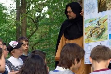 Für die Geschichtsvermittlung schlüpfte der Grabungsleiter in eine Gewandung des 14. Jahrhunderts.