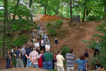 Erläuterung der Burganlage anlässlich der Führung der Volkshochschule Aschaffenburg im Jahre 2005
