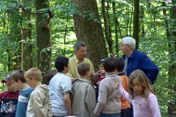 Ein Lehrer aus Haibach im Dialog mit einem freiwilligen Helfer