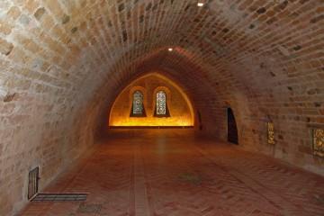 Eine bedeutende Rolle spielen Bodenfliesen in Klöstern. Wie hier in der Zisterzienserabtei von Fontfroide in der Languedoc waren nicht nur die Kirchen selbst sondern auch der Schlafsaal gefliest.