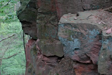 Rosa- bis weißfarbener, mittelkörniger, dünn- bis mittelbankiger, teils saprolitisierter Heigenbrücker Sandstein (Unterer Buntsandstein) im Sandstein-Bruch am Findberg, südlich von Haibach.