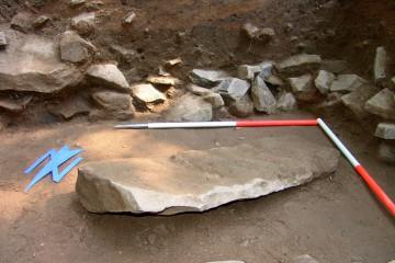 Die verworfene Sandsteinschwelle, die in der Auffüllung östlich des Palas lag, erwies sich schon bei ihrer Herstellung als Fehlinvestition.