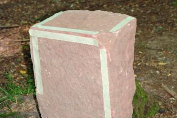 Die abgeklebten Kanten eines Sandsteins von der Ketzelburg verdeutlichen, an welchen Seiten der Quader sorgfältig zugerichtet wurden.