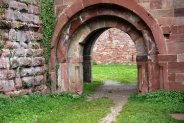 Sehr sorgfältig zugerichtete Sandsteine schmücken das Eingangsportal der um 1200 errichteten Burg Wildenberg im Odenwald.