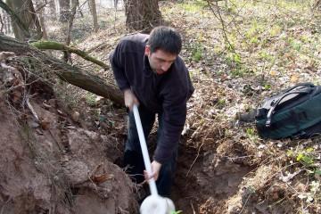 """In Vorbereitung der Grabung werden mit einer Rammkernsonde, dem """"Pürckhauer"""", Erdprofile gezogen."""