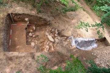 Im Norden des Burgbergs stoßen die Ausgräber auf ein Grubenhaus.