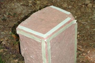 Der fein zugearbeitete Sandstein stammt wahrscheinlich vom Findberg.