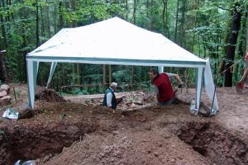 Zur Freilegung der Reste des Grubenhauses muss allerhand Erde bewegt werden.