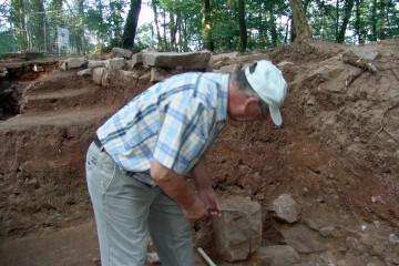 Walter legt südlich des Wohnturms einen Sandstein vom Findberg frei.