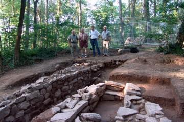 Die Mauerstrukturen südlich des Wohnturms sind vollständig sichtbar.