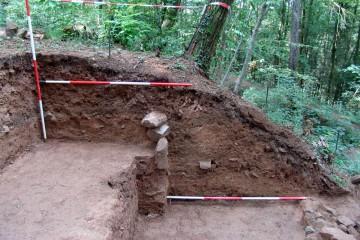 Im Profil erkennt man die Struktur des Grubenhauses.