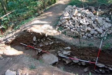 Mit der fotografischen Dokumentation des Grabens enden die archäologischen Untersuchungen auf der Ketzelburg. Fortsetzung folgt 2005.